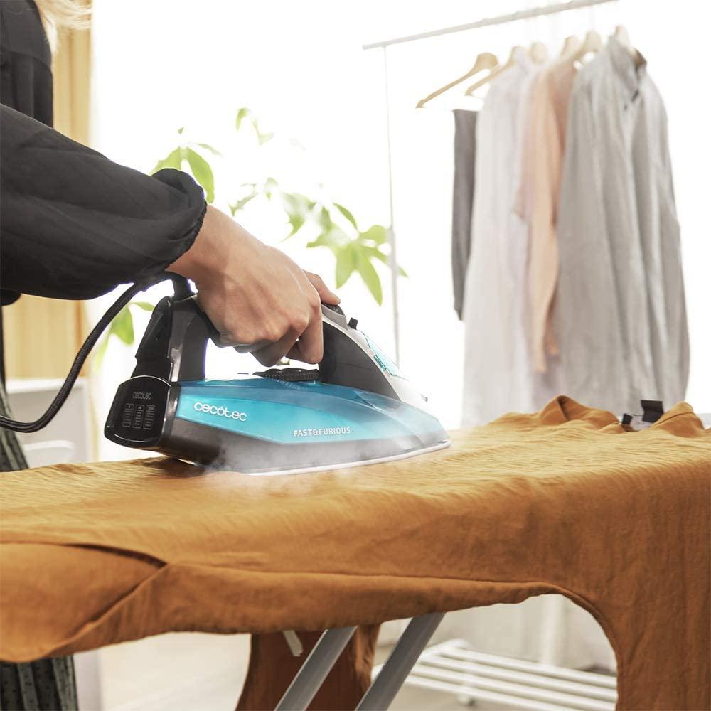 plancha de vapor Cecotec en funcionamiento planchando ropa con una mano porque es ligera y ágil